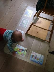 Læg postkortene under plasticunderlaget under babystolen. Se, hvor nysgerrig babyen er. Og så ser det rigtig flot ud. Tak til en CRAZY ZOO-kunde for at sende billedet til os. Så inspirerende. Vi modtager også gerne andre gode ideer fra vores kunder.