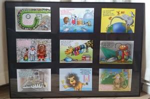 Sæt alle postkort i en stor ramme. Denne er 61x84 cm og fås i Zoo København. På den brede led kan der være 9 motiver. Sæt kortene fast med 'elefantsnot' på bagbeklædningen, så de sidder godt fast.