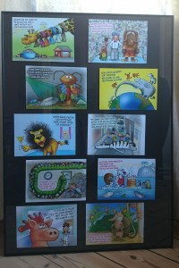 Sæt alle postkort i en stor ramme. Denne er 61x84 cm og fås i Zoo København. På højkant kan alle 10 motiver være der. Sæt kortene fast med 'elefantsnot' på bagbeklædningen, så de sidder godt fast.